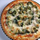 Sonkás-brokkolis pizza fokhagymás-tejfölös alappal